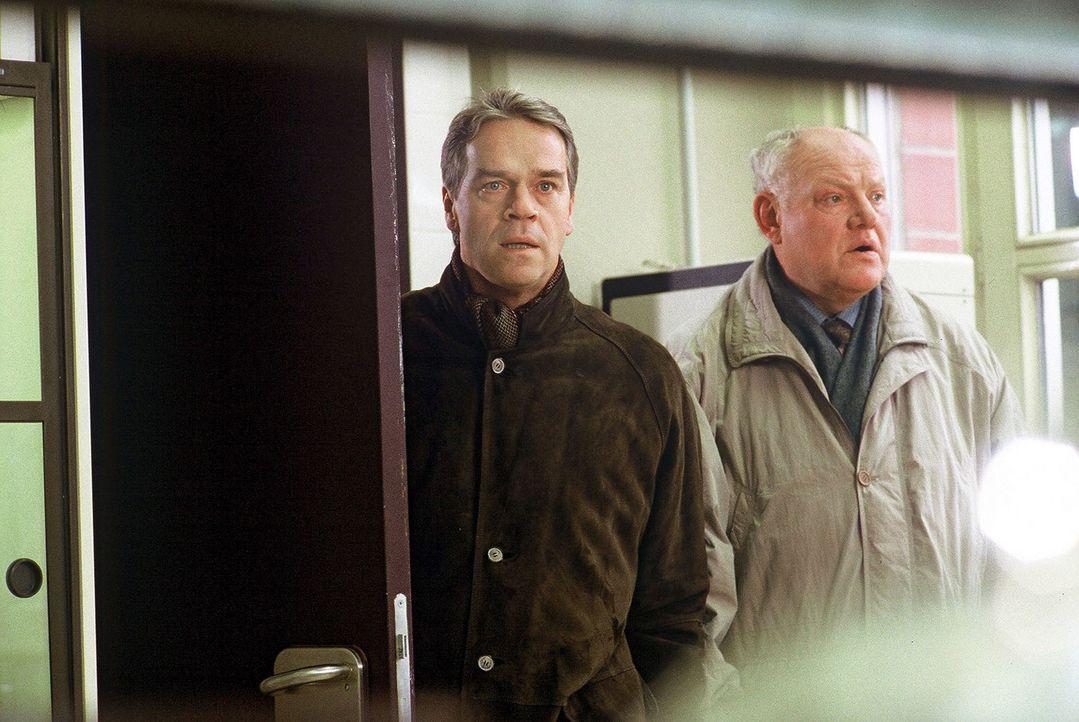 Kommissar Wolff (Jürgen Heinrich, l.) und Sawatzki (Klaus Pönitz, r.) sind auf der Suche nach dem Chemiker Westphal, der verdächtigt wird, sein F... - Bildquelle: Arno Kiermeir Sat.1