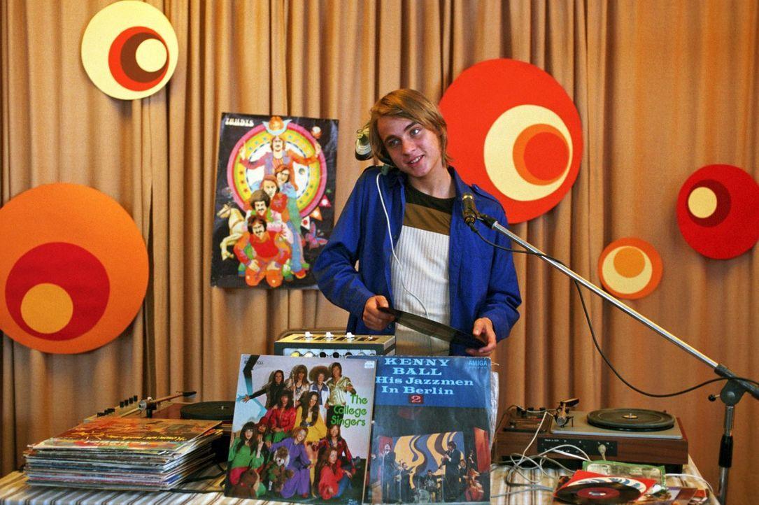 Frank Wappler (Constantin von Jascheroff) bringt als Schallplattenunterhalter die Lagerdisko in Schwung - und hat dabei nur Augen für Jenny. Die mus... - Bildquelle: Aki Pfeiffer Sat.1