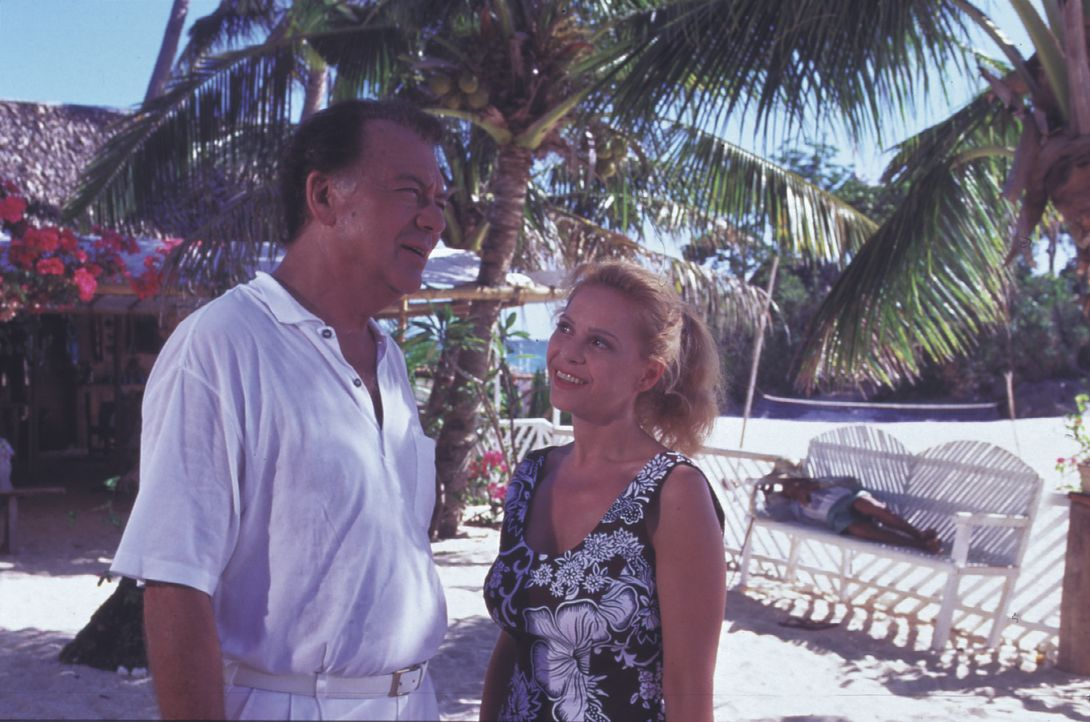Dr. Frank Hofmann (Klausjürgen Wussow, l.); Dr. Juliane Rohrbach (Julia Kent, r.) - Bildquelle: Lisa Film