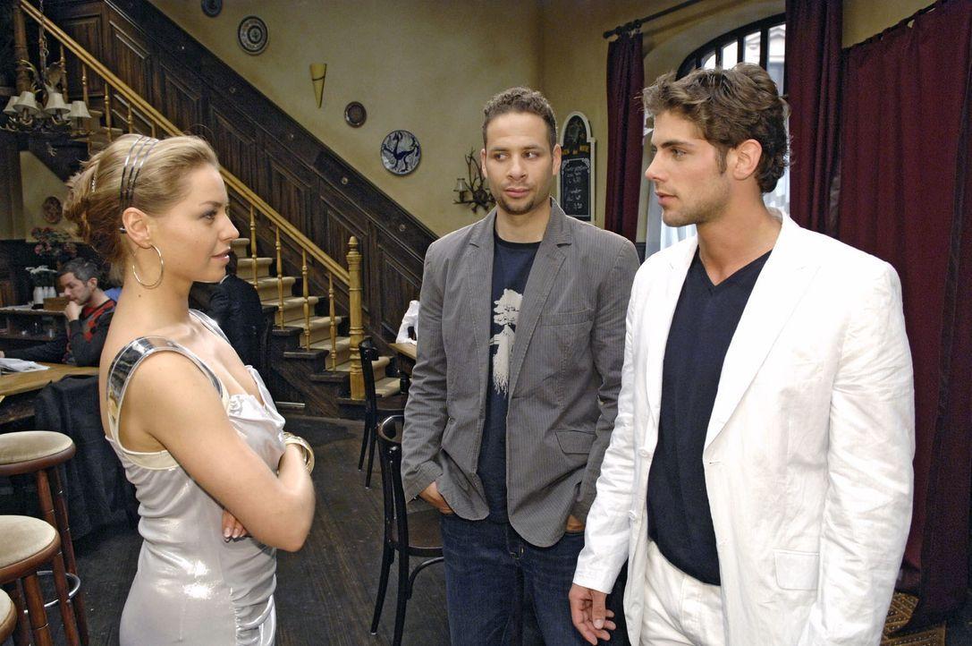 Jonas begegnet Katja - und ist angetan von deren optischen Reizen. v.l.n.r.: Katja (Karolina Lodyga), Jannick (Mike Adler), Jonas (Roy Peter Link) - Bildquelle: Claudius Pflug Sat.1