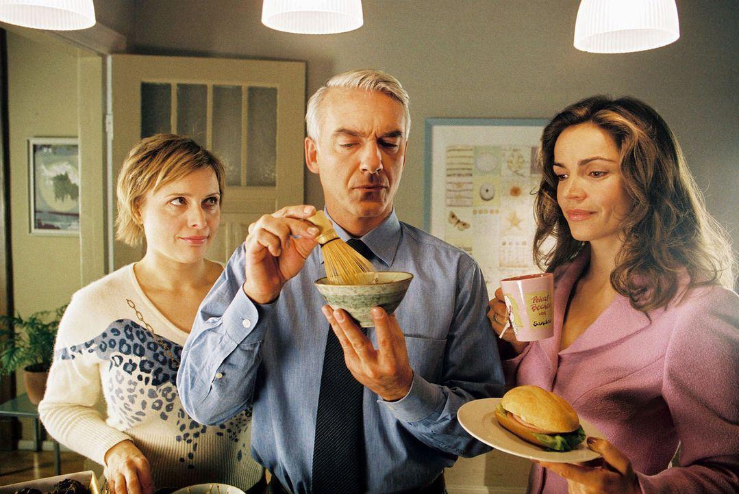 Felix (Christoph M. Ohrt, M.) bereitet für seinen neuen Mandanten einen Tee vor. Sandra (Rebecca Immanuel, r.) und Biene (Isabel Tuengerthal, l.) tr... - Bildquelle: Hardy Spitz Sat.1