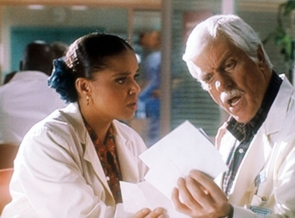 Dr. Sloan (Dick Van Dyke, r.) ist wütend, weil die Urlaubsfotos, die er Amanda (Victoria Rowell, l.) zeigen wollte, vertauscht wurden. - Bildquelle: Viacom