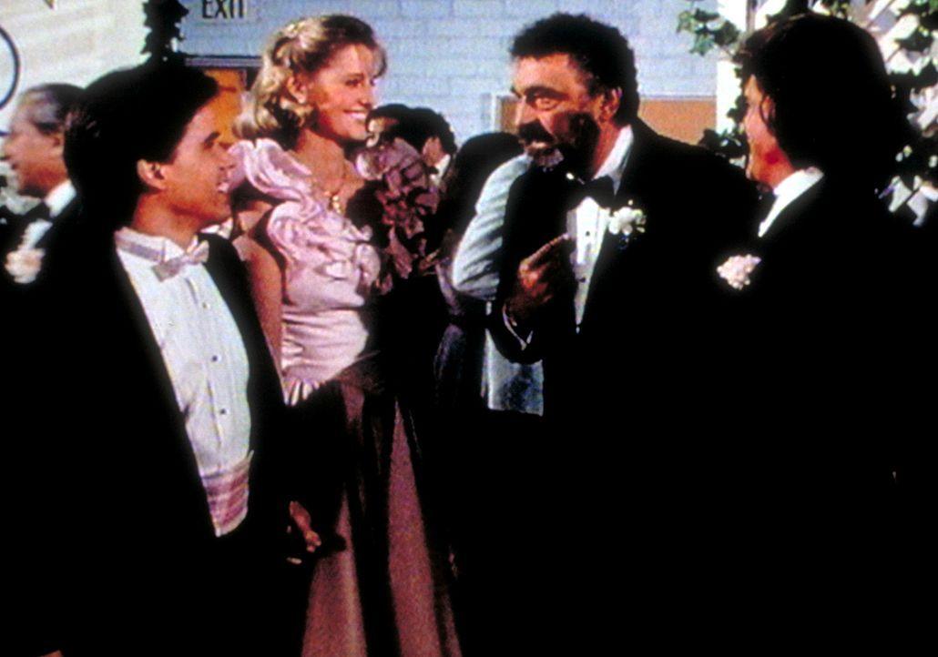 Jonathan (Michael Landon, r.) und Mark (Victor French, 2.v.r.) freuen sich, dass Kate (Susan Savage, 2.v.l.) und Sammy (Joel Hoffman, l.) doch noch... - Bildquelle: Worldvision Enterprises, Inc.