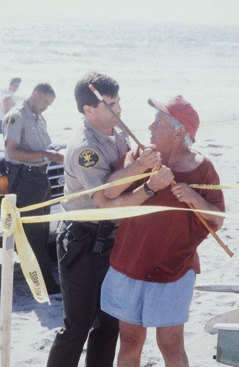 Leo (Leo Penn, r.) und ein Polizist streiten sich am Strand. - Bildquelle: Viacom