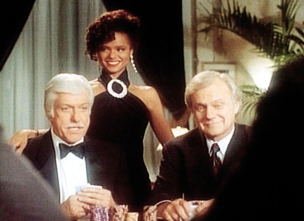 Dr. Mark Sloan (Dick Van Dyke, l.) und seine junge Partnerin Amanda (Victoria Rowell, M.) helfen dem Spielbankbesitzer Ridland (Ken Kercheval, r.) ... - Bildquelle: Viacom