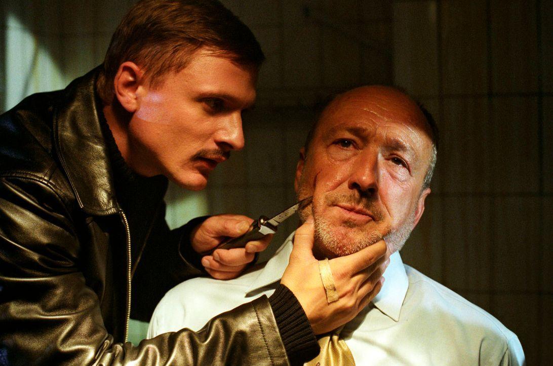 Ninas Vater, Oberstaatsanwalt Dr. Albert Metz (Miguel Herz-Kestranek, r.), ist von Miroslav Sokol (Florian Lukas, l.) entführt worden. Der will sein... - Bildquelle: Christian A. Rieger Sat.1