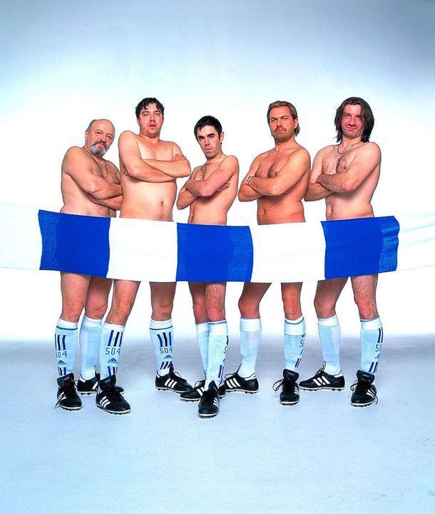 Hans (Uwe Ochsenknecht, 2.v.r.), Mike (Ralf Richter, r.), Bernie (Michael Sideris, 2.v.l.) und Theo Walter Gontermann, l.), der harte Kern des FC Sc... - Bildquelle: Seven Pictures