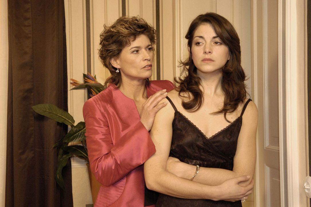 Sophie von Brahmberg (Gabrielle Scharnitzky, l.) nutzt den Vorfall auf der Party, um Mitleid mit ihrer betrogenen Tochter Mariella (Bianca Hein, r.)... - Bildquelle: Noreen Flynn Sat.1