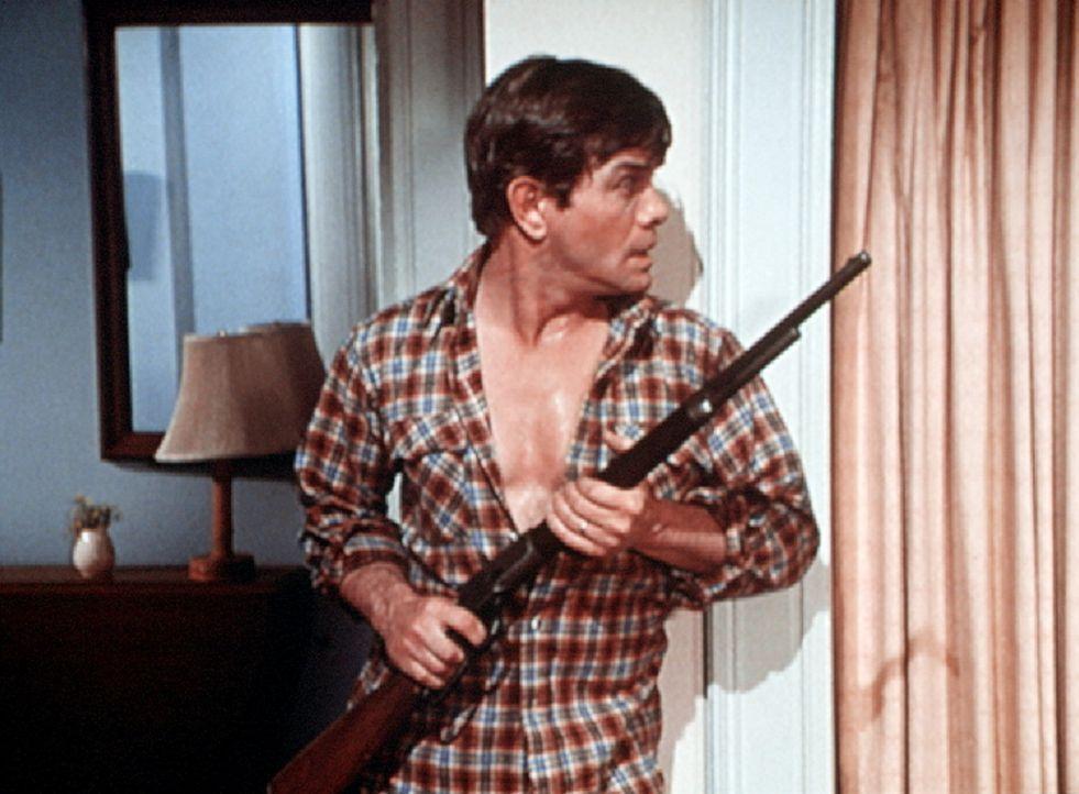 Kenny (Ben Andrews) hat sich in seinem Verfolgungswahn im Haus verschanzt. - Bildquelle: WARNER BROS. INTERNATIONAL TELEVISION