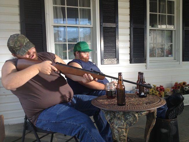 Die Bondurant-Zwillinge wachsen auf einer Farm in Tennessee auf. Wegen ihres... - Bildquelle: Discovery Communications, LLC.
