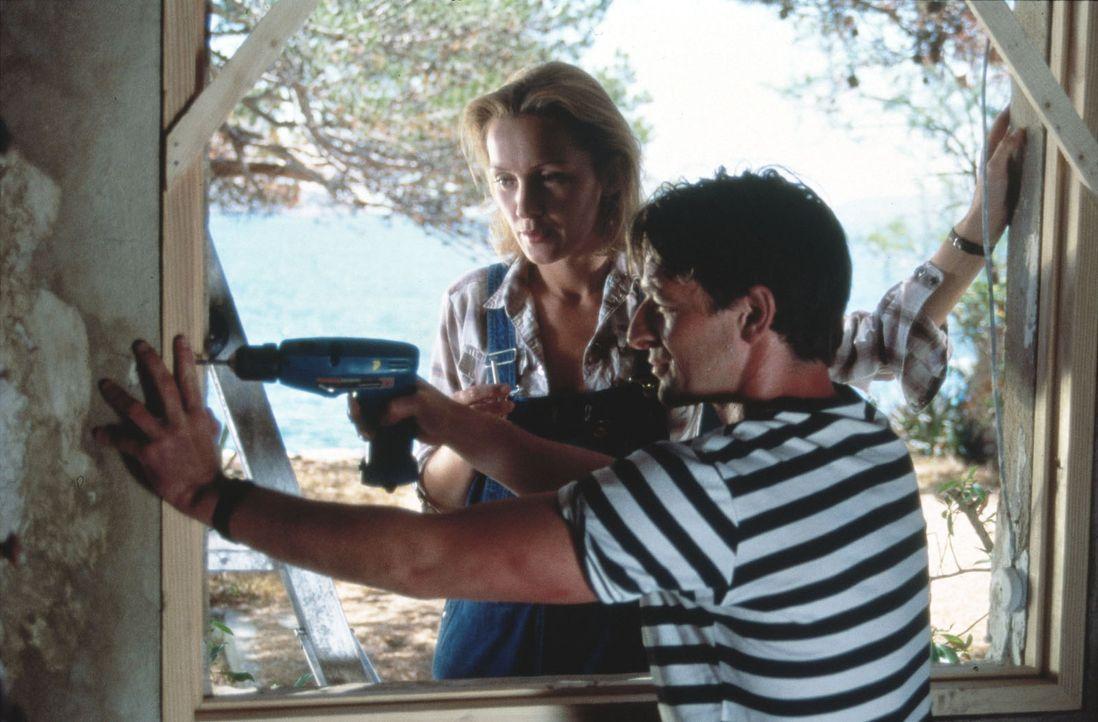 Auf der Überfahrt zu einer spanischen Insel, lernt Joachim Hoffmann (Max Tidof, r.), der auf der Flucht aus Deutschland ist, Inge Nielsen (Katja Fli... - Bildquelle: Raeder SAT.1/Raeder