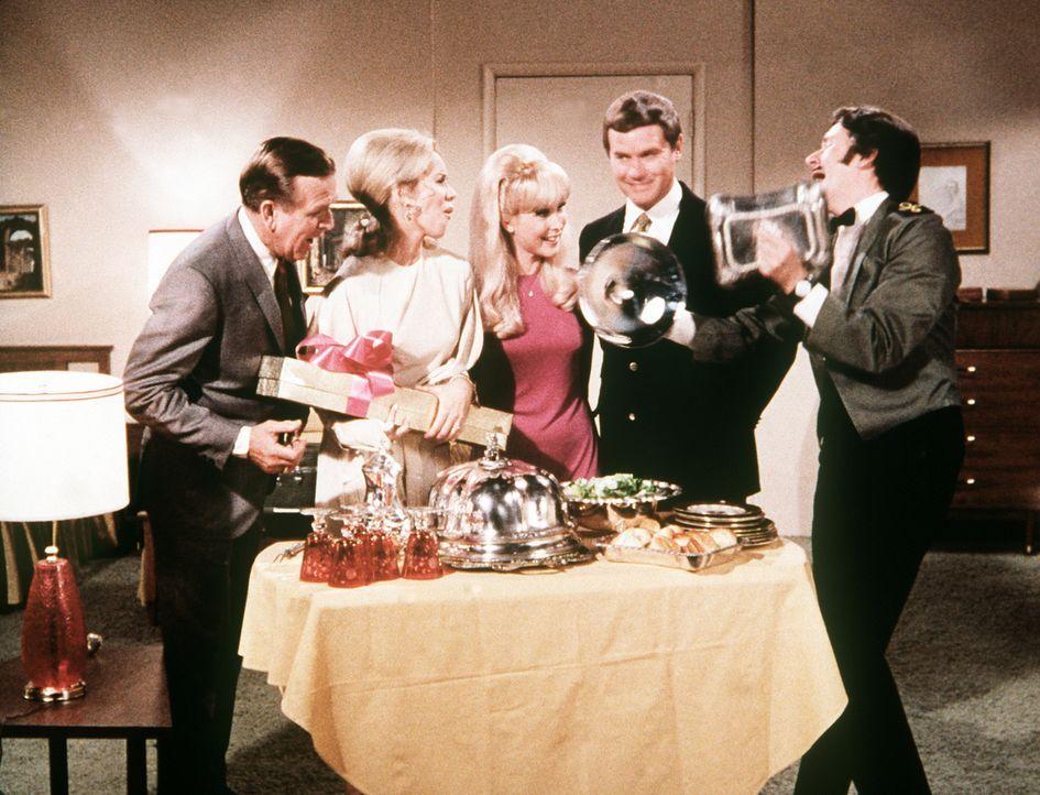 Die Bellows (Hayden Rorke, l., Emmaline Henry, 2.v.l.) feiern mit Jeannie (Barbara Eden, M.), Tony (Larry Hagman, 2.v.r.) und Roger (Bill Daily, r.)...