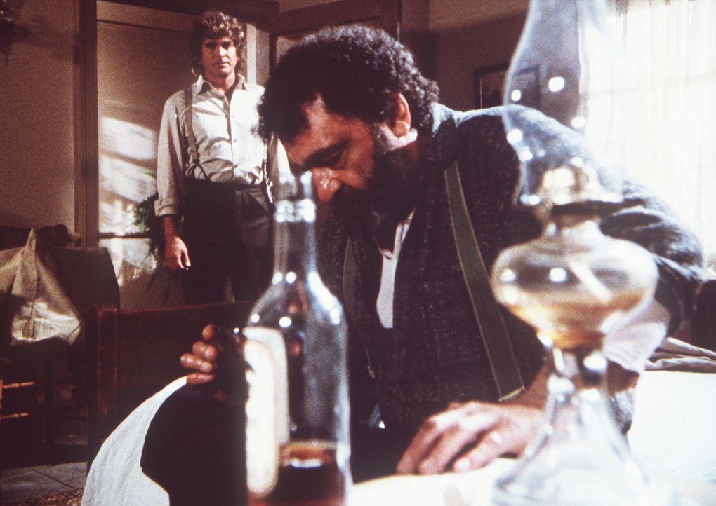 Charles (Michael Landon, l.) stellt Edwards (Victor French, r.) zur Rede, weil der betrunken einen Unfall verursacht hat, bei dem Charles' Sohn schw... - Bildquelle: Worldvision