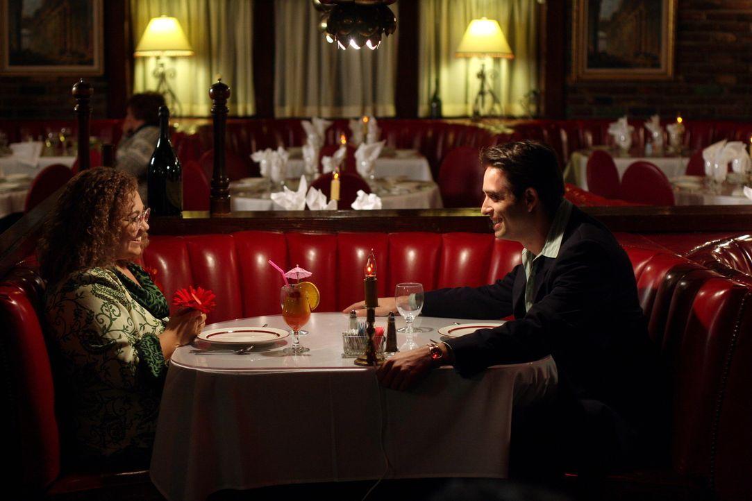 1989, der gutaussehende Ramon Delgado (Bruno Campos, r.) verabredet sich mit Martha Puck (Emily Nelson, l.) in einem Restaurant ... - Bildquelle: Warner Bros. Television