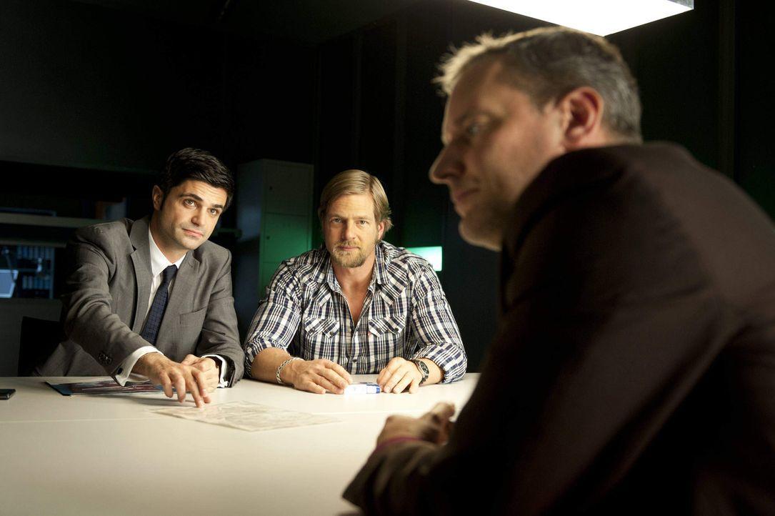 Haben einen Verdächtigen (Wolfgang Wagner, r.): Mick (Henning Baum, M.) und Andreas (Maximilian Grill, l.) ermitteln in einem verzwickten Fall ... - Bildquelle: Martin Rottenkolber SAT.1