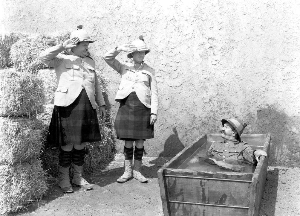 (v.l.n.r.) Ollie (Oliver Hardy); Stanley MacLaurel (Stan Laurel); Sergeant Major Finlayson (James Finlayson) - Bildquelle: Warner Bros.