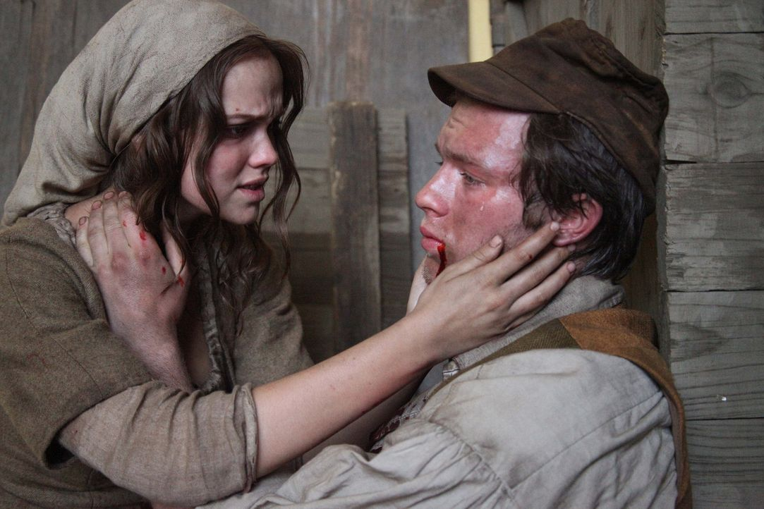 Noch auf dem Sterbebett bittet Mats (Jannis Niewöhner, r.) seine Frau Mila (Emilia Schüle, l.), nach Amerika auszuwandern, um dort in Freiheit ein L... - Bildquelle: Boris Guderjahn SAT.1