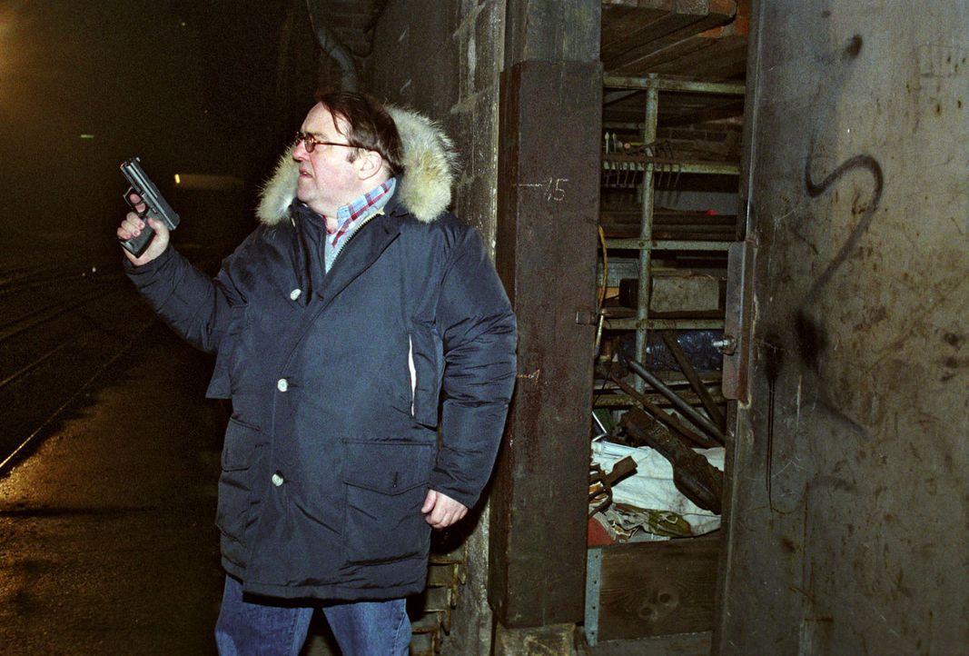 Achim Pohl (Gustav-Peter Wöhler) will sich nachts mit einem Informanten treffen. Doch bald wird ihm klar, dass hier etwas nicht stimmt... - Bildquelle: Thekla Ehling Sat.1
