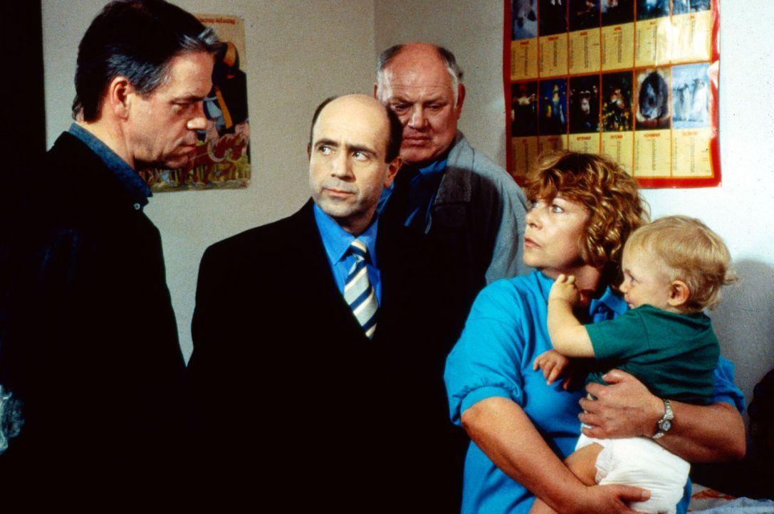 Kommissar Wolff (Jürgen Heinrich, l.) hat den Hinweis bekommen, dass Jutta Pohl (Dagmar Biener, r.) nach einer Fehlgeburt das Kind der Familie Back... - Bildquelle: Alfred Raschke Sat.1