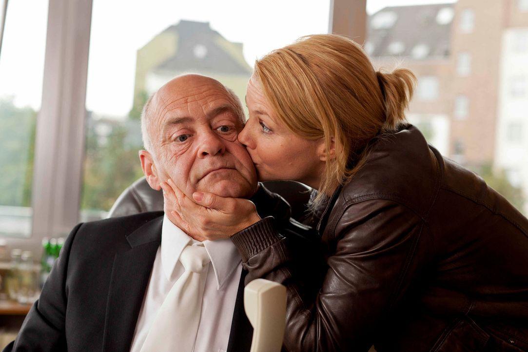 Um einen Fall zu gewinnen, schreckt sie vor nichts zurück: Danni (Annette Frier, r.) und der Ermittlungsrichter (Jochen Kolenda, l.) ... - Bildquelle: Frank Dicks SAT.1