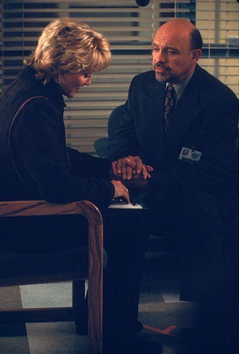 Stephanie Serone (Joanna Kerns, l.); Dr. Phillip Watters (Hector Elizondo, r.) - Bildquelle: 1998 Twentieth Century Fox Film Corporation.  All rights reserved.