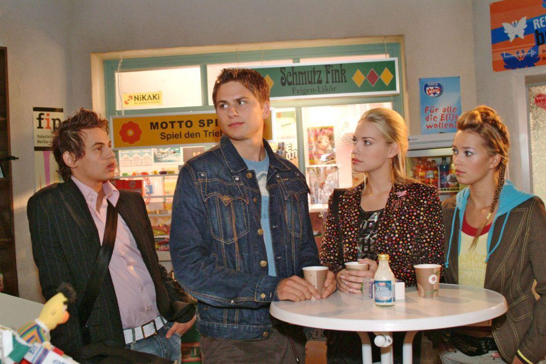 Alex (Shai Hoffmann, l.) trifft im Kiosk auf Timo (Matthias Dietrich, 2.v.l.), Kim (Lara-Isabelle Rentinck, 2.v.r.) und Hannah (Laura Osswald, r.). - Bildquelle: Monika Schürle Sat.1