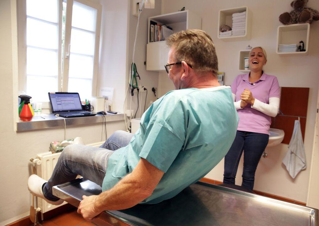 Dr. Herbert Dreesen (l.) ist für jeden Spaß von Tanja (r.) zu haben ... - Bildquelle: BluePrint Media GmbH 2017