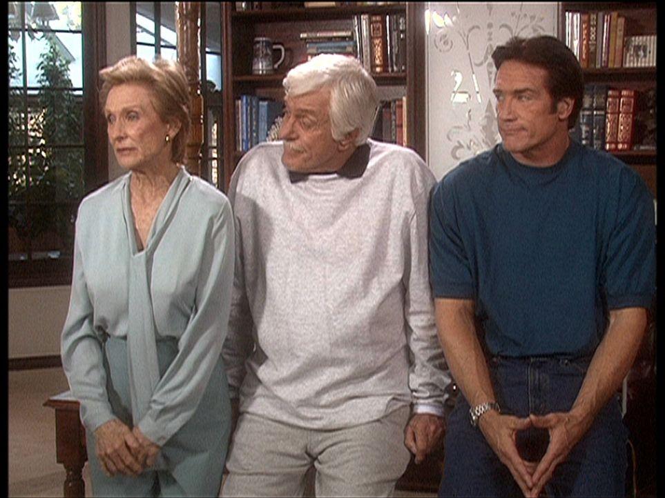 Sudie (Cloris Leachman, l.) ist enttäuscht, weil sie ihre Dienste als Krankenpflegerin für Mark (Dick Van Dyke, M.) weder von ihrem eigenen Patiente... - Bildquelle: Viacom