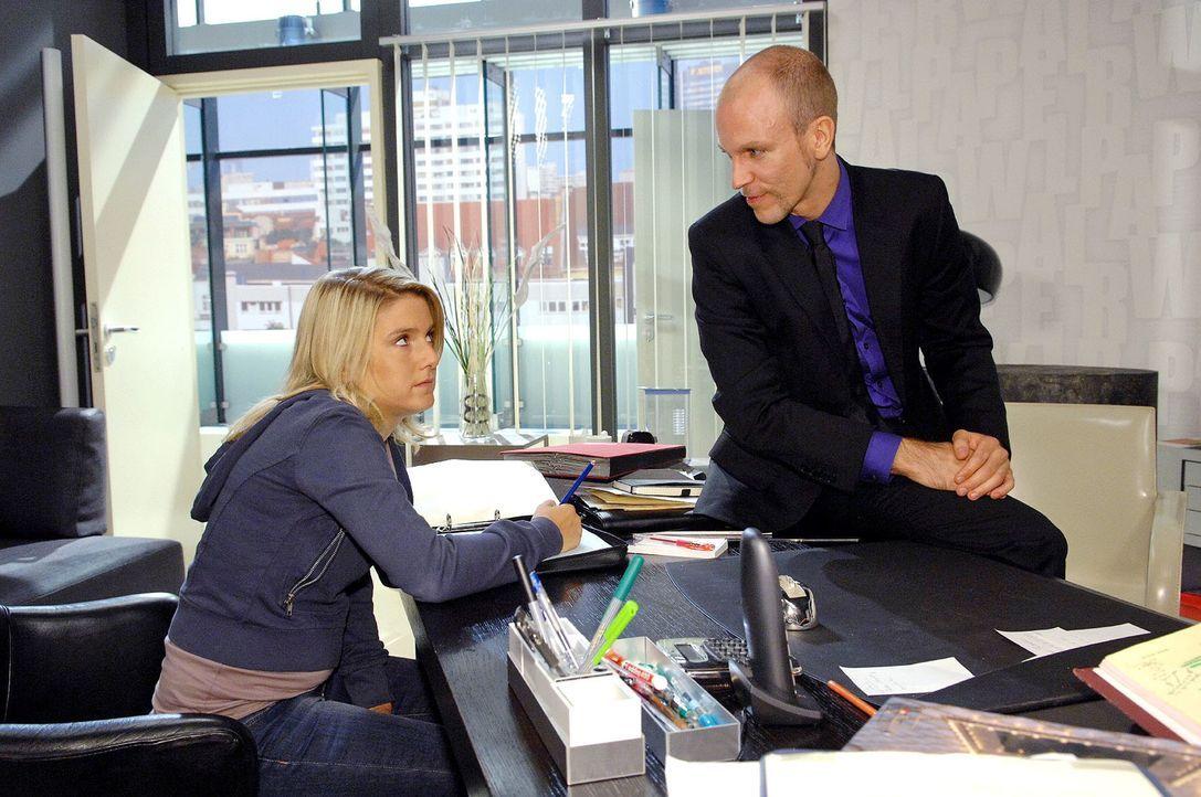 Anna (Jeanette Biedermann, l.) ist irritiert als Gerrit (Lars Löllmann, r.) mit ihr flirtet ... - Bildquelle: Claudius Pflug Sat.1