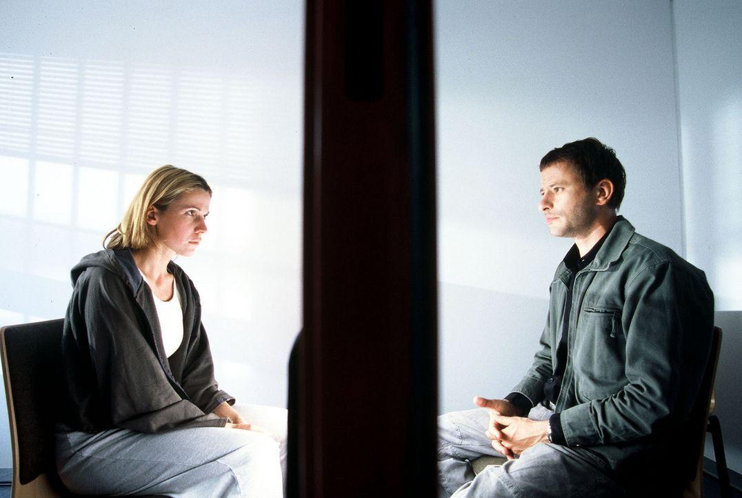 Timo (Frank Stieren, r.) kann nicht glauben, dass seine langjährige Freundin Eva (Doris Schretzmayer, l.) einen Mord begangen haben soll ... - Bildquelle: Menke Sat.1