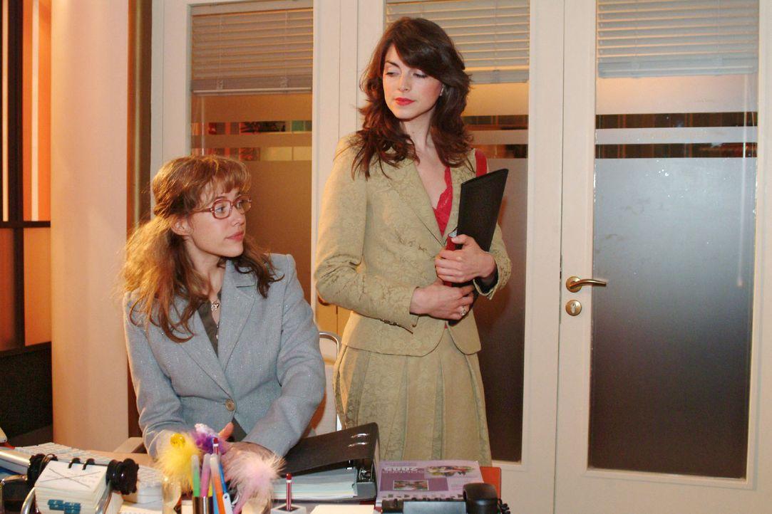 Lisa (Alexandra Neldel, l.) ist von David für zwei Wochen Mariella (Bianca Hein, r.) zur Unterstützung zugeteilt worden. Beide sind darüber nicht be... - Bildquelle: Monika Schürle Sat.1