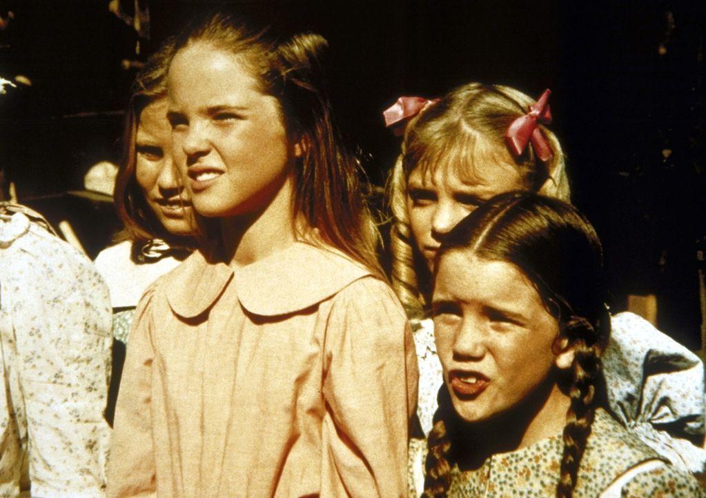 (v.l.n.r.) Christy (Tracy Savage), Mary (Melissa Sue Anderson), Nellie (Alison Arngrim) und Laura (Melissa Gilbert) sind gespannt, ob Jones tatsächl... - Bildquelle: Worldvision