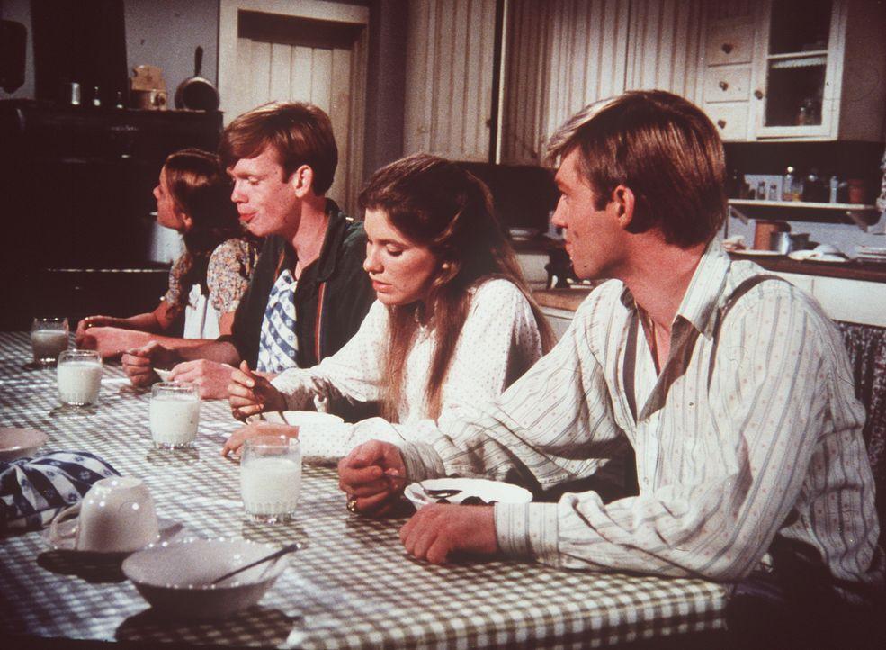 Bei Tisch diskutieren Erin (Mary Elizabeth McDonough, l.), Jason (Jon Walmsley, 2.v.l.), Mary Ellen (Judy Norton-Taylor, 2.v.r.) und John- Boy (Rich... - Bildquelle: WARNER BROS. INTERNATIONAL TELEVISION