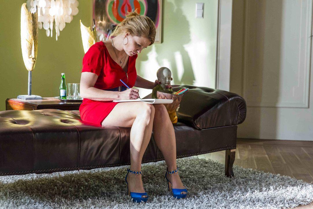 Danni (Annette Frier) kann es nicht fassen: Nach 30 Jahren steht ihre Mutter plötzlich wieder vor ihr und verhält sich, als sei es das Normalste der... - Bildquelle: Frank Dicks SAT.1