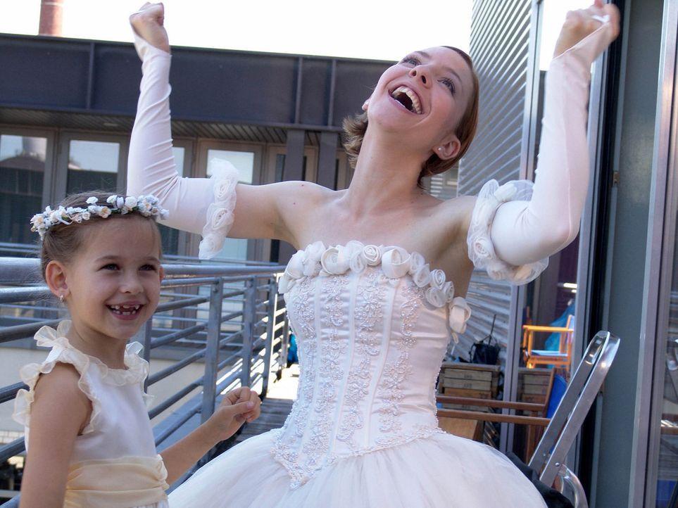 Der große Tag ist endlich da. Doch dann holt Rebeccas (Katharina Schüttler, r.) Schwiegermutter zum finalen Schlag aus ... - Bildquelle: Volker Roloff ProSieben