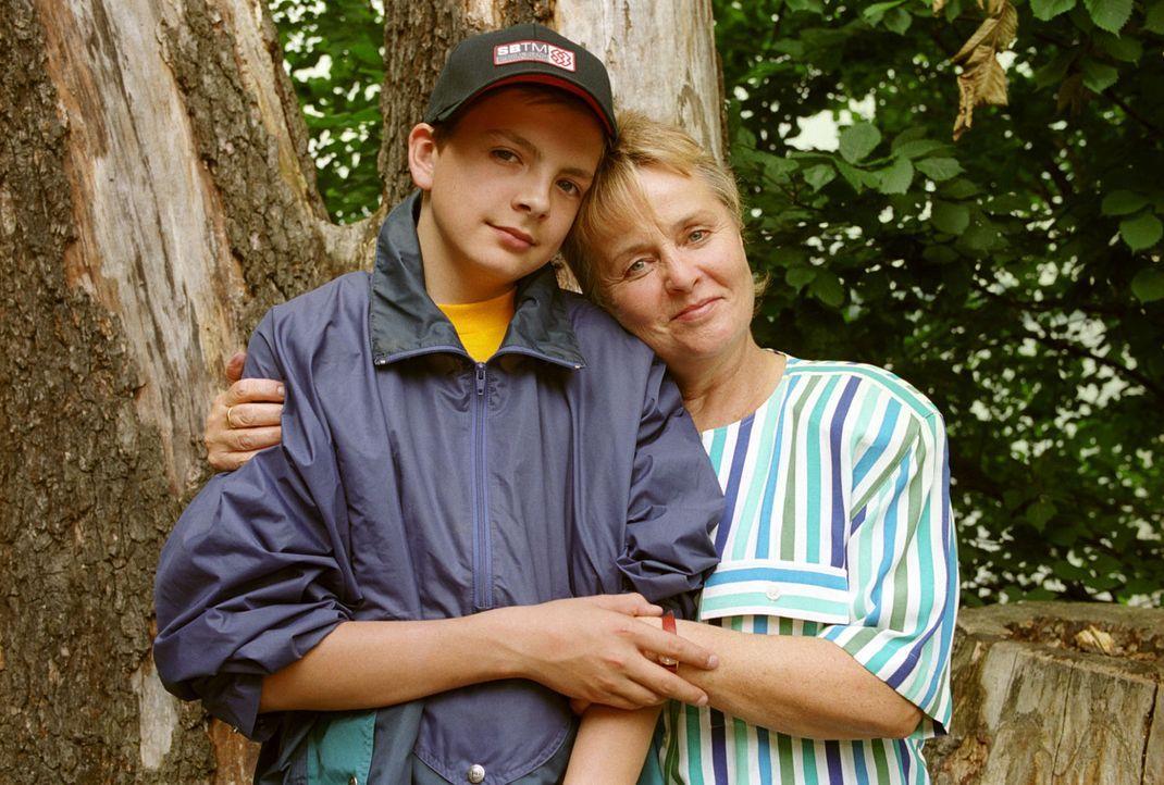 Sergej (Michael Paderin, l.) ist überglücklich, dass seine Tante Nina Tolski (Petra Kelling, r.) aus Russland gekommen ist, um ihn zu besuchen. - Bildquelle: Noreen Flynn Sat.1