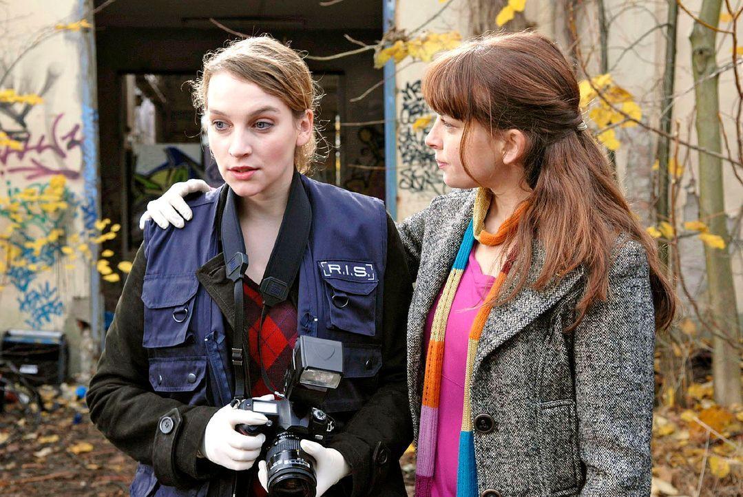 Marie (Jana Klinge, l.) verläßt zitternd den Technoclub. Katja (Catherine Bode, r.) sorgt sich um ihre Kollegin. - Bildquelle: Christoph Assmann Sat.1