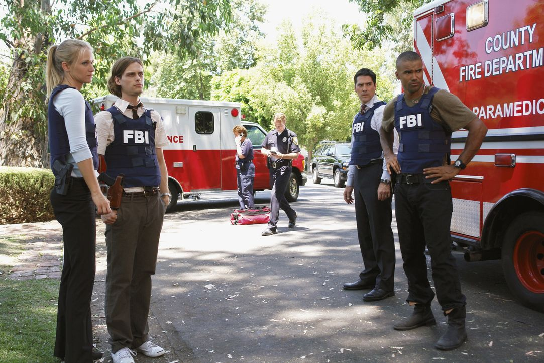 Ein neuer Fall muss gelöst werden, doch Gideon erscheint nicht zum Dienst. 'JJ' (AJ Cook, l.), Reid (Matthew Gray Gubler, 2.v.l.), Hotch (Thomas Gib... - Bildquelle: Richard Cartwright 2007 ABC Studios. All rights reserved. NO ARCHIVE. NO RESALE. / Richard Cartwright