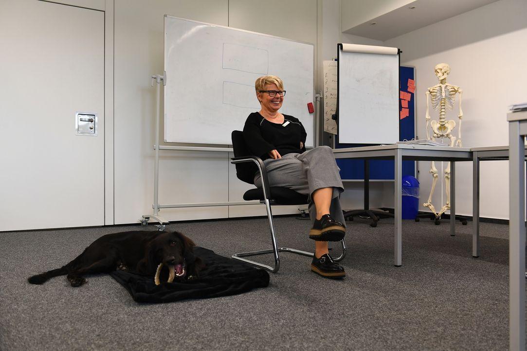 Ihr neuer Gefährte soll Silvia (Foto) nicht nur zuhause unterstützen. Kann der junge Retriever-Mischling Nero auch an ihrem Arbeitsplatz eine große... - Bildquelle: Willi Weber SAT.1