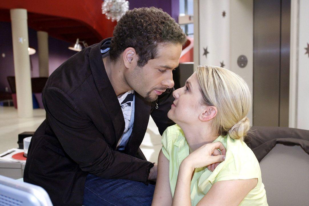 Anna (Jeanette Biedermann, r.) verspricht Jannick (Mike Adler, l.), dass sie versuchen wird, gegen ihre Schüchternheit anzukämpfen. - Bildquelle: Noreen Flynn Sat.1