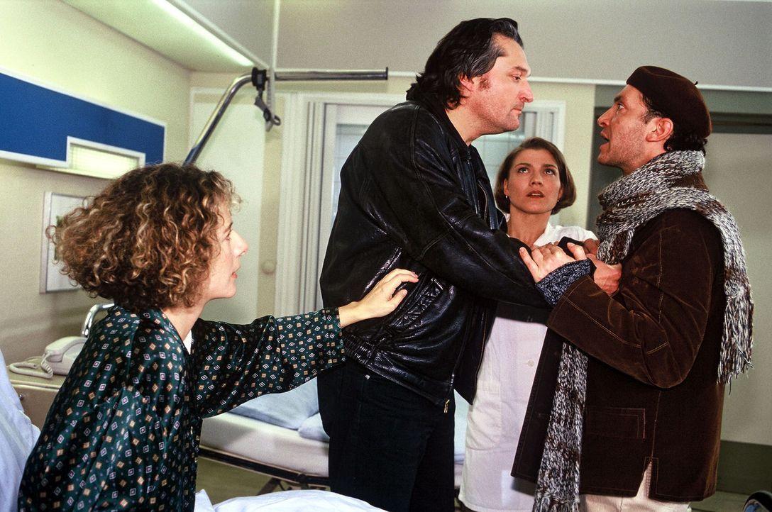 Schon seit längerem ist Messerwerfer Fabrizio Tondoni (Emilio de Marchi, 2.v.l.) reizbar, nervös und in seinem Wesen verändert. Nicht einmal der... - Bildquelle: Noreen Flynn Sat.1