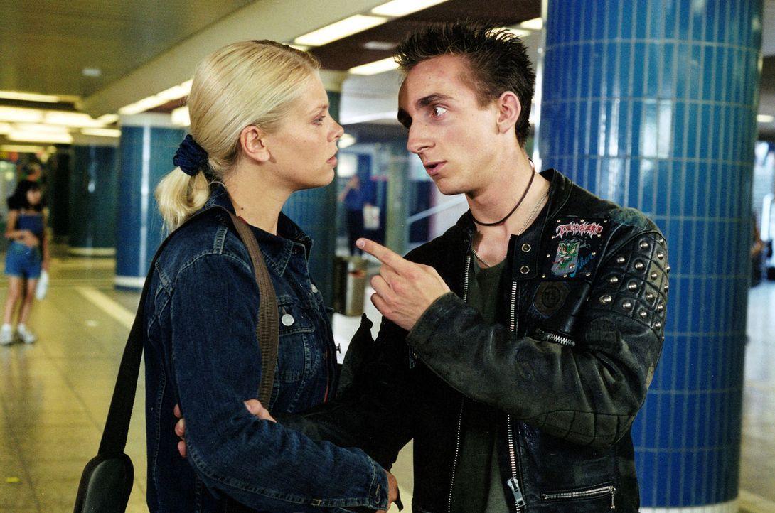 Natalie (Anne Sophie Briest, l.) findet den Junkie Florian (Fabian Oscar Wien, r.) im Fußgängertunnel. - Bildquelle: Enderlein Sat.1
