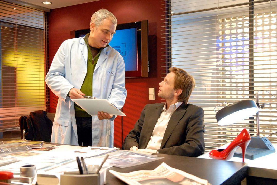 Am Tatort wurde ein roter Schuh gefunden. Philip (Julian Weigend, r.) ist überrascht, als Paul (Hansa Czypionka, l.) ihm eröffnet, dass es sich bei... - Bildquelle: Christoph Assmann Sat.1