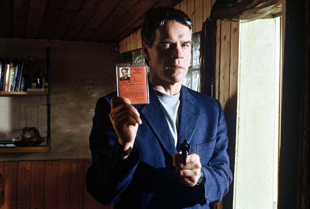 Andreas Keller (Jürgen Heinrich) gibt sich dem verdutzten Mike Lüder als Kommissar Wolff zu erkennen. - Bildquelle: Alfred Raschke Sat.1