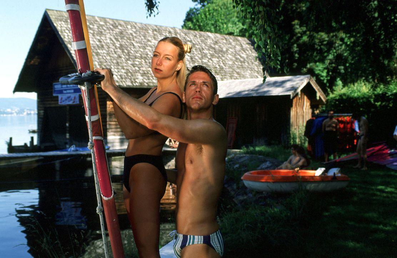 Surflehrer Toni (Tobias Hoesl, r.) hat ein Verhältnis mit Amelie Schmidinger (Laura Knise, l.), der Tochter des Großgrundbesitzers ... - Bildquelle: Huber Sat.1