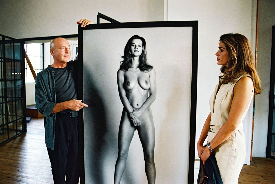 Sandra (Rebecca Immanuel. r.) vertritt den Künstler Markus Borell (Wilfreid Baasner, l.). Er hat Berlins Finanzsenator Safin nackt fotografiert, den... - Bildquelle: Hardy Spitz Sat.1