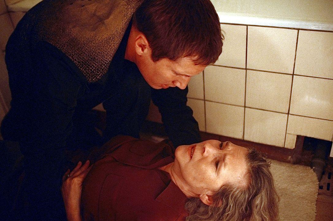 Hilflos muss Lars (Benno Fürmann, l.) mit ansehen, wie seine Mutter Irene (Jutta Wachowiak, r.) vermeintlich an einer Herzattacke stirbt. Noch mit i... - Bildquelle: Jeanne Degraa ProSieben