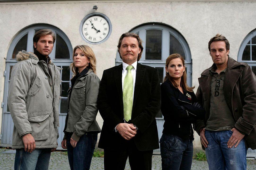 Ingo Lenßen (M.) und seine Ermittler - Sebastian Thiele (l.), Katja Hansen (2.v.l.), Sandra Nitka (2.v.r.) und Christian Storm (r.) - Bildquelle: Holger Rauner Sat.1