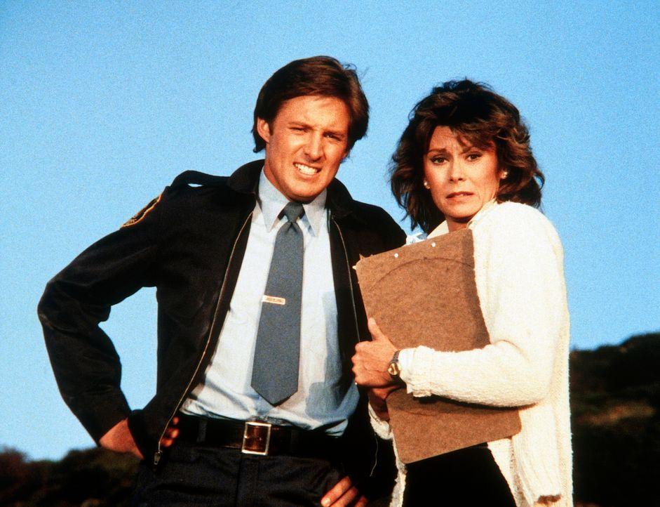 Lee (Bruce Boxleitner, l.) und Amanda (Kate Jackson) sehen zu, wie Lees geliebter Porsche in Flammen aufgeht. - Bildquelle: CBS Television