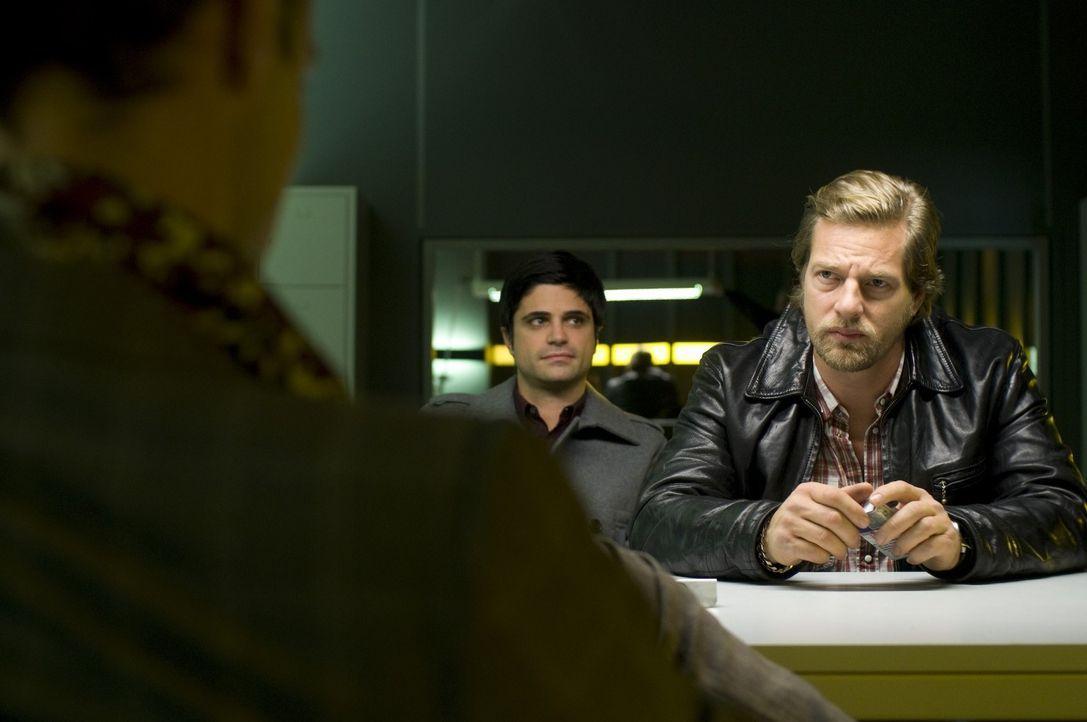Haben schon bald einen Haufen Verdächtige, die auf Fengshui stehen: Mick (Henning Baum, r.) und Andreas (Maximilian Grill, r.) ... - Bildquelle: Martin Rottenkolber SAT.1
